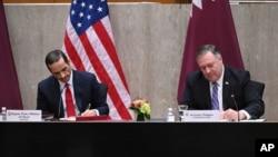 Menteri Luar Negeri AS Mike Pompeo (kanan) dan Wakil PM Qatar Mohammed bin Abdulrahman Al Thani menandatangani MOU di Washington DC, Senin (14/9).