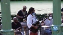 У Нью-Йорку, місцеві музиканти, з барів та ресторанів перенесли концерти у парки. Відео