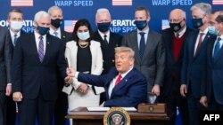 На фото: Трамп підписує указ про пріоритетне забезпечення американців вакциною