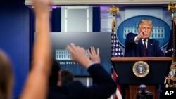 Tổng thống Donald Trump trả lời câu hỏi trong một cuộc họp báo tại Nhà Trắng, ngày 4 tháng 9, 2020, ở Washington.