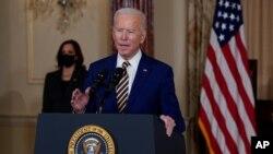 Vis Prezidant la, Kamala Harris (a goch) ki t ap asiste sèn nan pandan Prezidan Joe Biden t ap fe diskou sou politik etranjè USA nan Depatman Deta a Jedi 4 fevriye 2021 an, nan Washington. (Foto AP/Evan Vucci)
