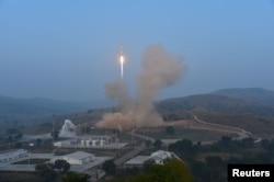 중국이 2015년 9월 산시성 타이위안 로켓 발사기지에서 소형 인공위성 20기를 탑재한 '창정 6호' 로켓을 발사했다. (자료사진)