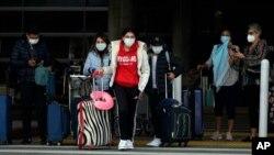 2020年12月23日旅客离开洛杉矶国际机场航站楼。
