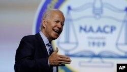 Kandida e ansyen Vis Prezidan Joe Biden, ki te pran lapawòl nan 110èm Konvansyon Nasyonal NAACP a nan dat 24 jiyè 2019 la nan vil Detwa, Eta Michigan.