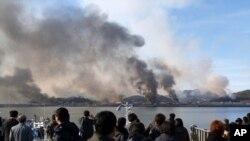지난 2010년 11월 23일 북한의 포격을 받은 한국 연평도에서 검은 연기가 피어오르고 있다.
