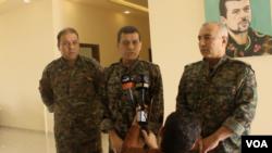 資料照片:敘利亞民主軍總指揮官馬祖盧姆·阿比迪(中)在敘利亞科巴尼的一次記者會上講話。 (2019年7月22日)