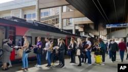 Фото: Пасажири на станції в Мінську при посадці на потяг до Москви, 28 травня 2021 року