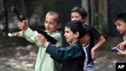 کابل میں منگل کو عید کے پہلے دن بچے کھلونہ گنز کی گیم کھیلتے ہوئے۔ اے پی فوٹو