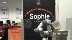 Sophie, le robot serveur de nouilles à Singapour