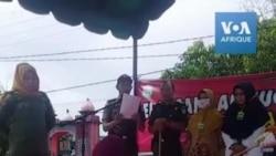 Scène de flagellation devant une foule enthousiaste en Indonésie