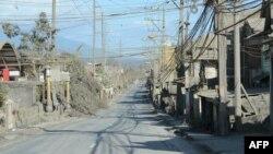 Sebuah jalan raya di Talisay, provinsi Batangas, selatan Manila, terlihat sepi, 20 Januari 2020.