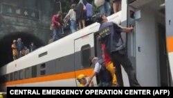 Bức ảnh do Hội chữ Thập đỏ Đài Loan đưa ra hôm 2/4 cho thấy đội cứu hộ tại hiện trường vụ tàu tốc hành trật bánh bên trong một đường hầm ở vùng núi Hoa Liên, phía tây Đài Loan.