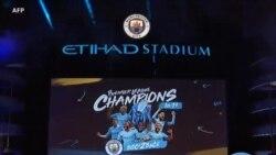 Les supporters et les joueurs de Manchester City célebrent leur titre de Premier League