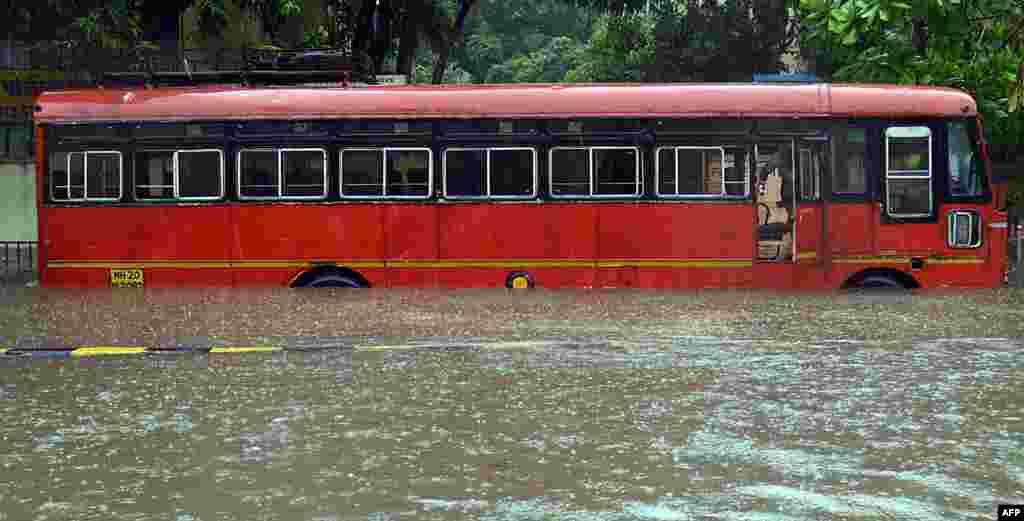 인도 뭄바이에서 몬순 기간 폭우로 도로가 물에 잠겼다.