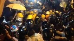 香港市民前往包圍政府總部與警察對峙