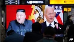Arhiv - Ljudi gledaju TV program sa fotografijama sjevernokorejskog lidera Kim Jong Una i predsjednika SAD Joe Bidena, na željezničkoj stanici u Seulu, Južna Koreja, 26. mart 2021.