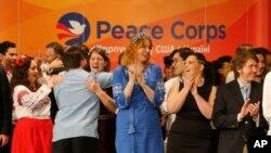 지난 2017년 11월 미국 '평화봉사단(the U.S. Peace Corps)' 봉사자들이 우크라이나 키예프에서 충성선서식을 갖은 뒤 기뻐하고 있다.