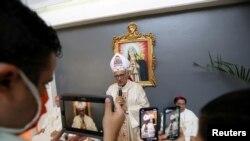 Foto de archivo de abril de 2020 del cardenal Baltazar Porras durante una misa de Pascua en una iglesia cerrada. Caracas, Venezuela.