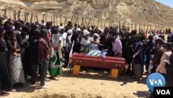 Francisco Tchikuteny Sabalo, lelaki Angola yang dikenal sebagai Pai Grande, atau Big Dad, dimakamkan pada 19 April 2020. (Foto: VOA)