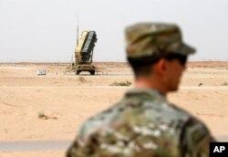 ایک امریکی فوجی سعودی عرب میں پیٹریاٹ ڈیفنس سسٹم کے قریب کھڑا ہے۔