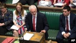Lider laburista Džeremi Korbin govori u parlamentu