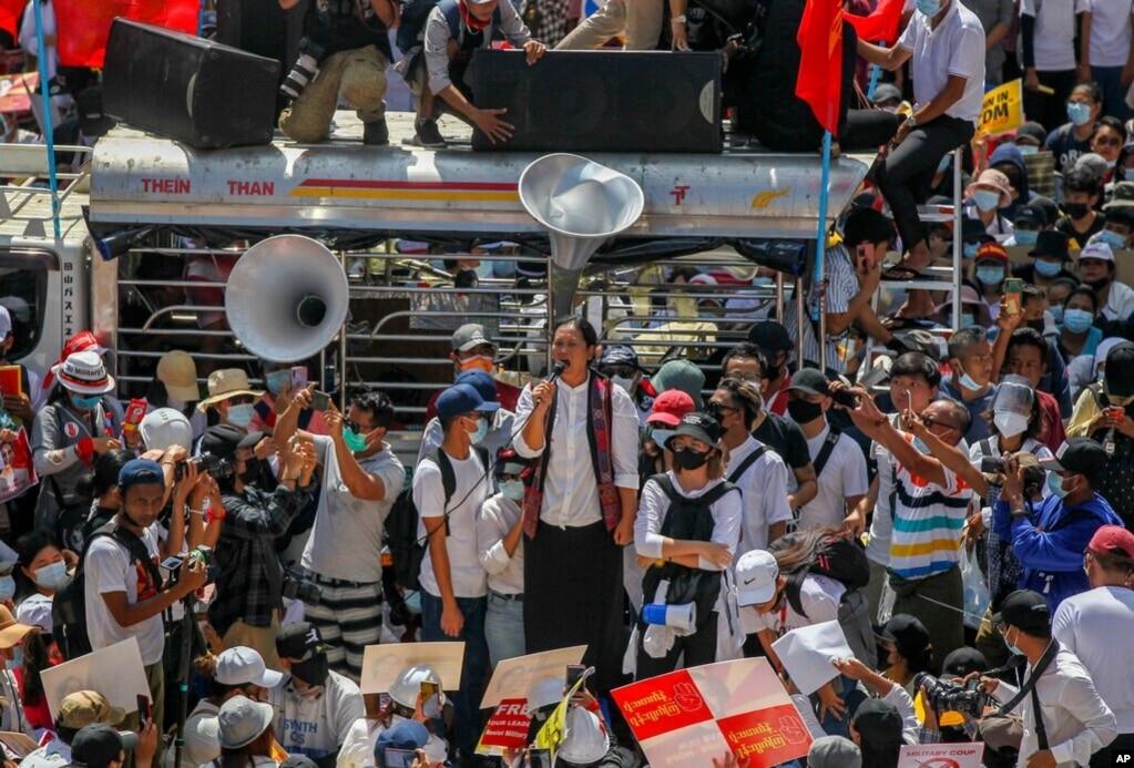 缅甸抗议民众聚集在仰光市中心苏雷塔附近。(2021年2月17日)(photo:VOA)