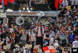缅甸抗议民众聚集在仰光市中心苏雷塔附近。(2021年2月17日)