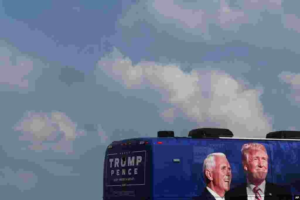미국 펜실베이니아주 랭커스터 공항 인근 주차장에 도널드 트럼프 미국 대통령과 마이크 펜스 미국 부통령의 선거 캠페인 버스가 주차돼 있다.