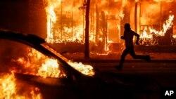 Đại lộ Chicago ở St. Paul, Minnesota chìm trong khói lửa với các tòa nhà và xe bị đốt trong cuộc biểu tình.
