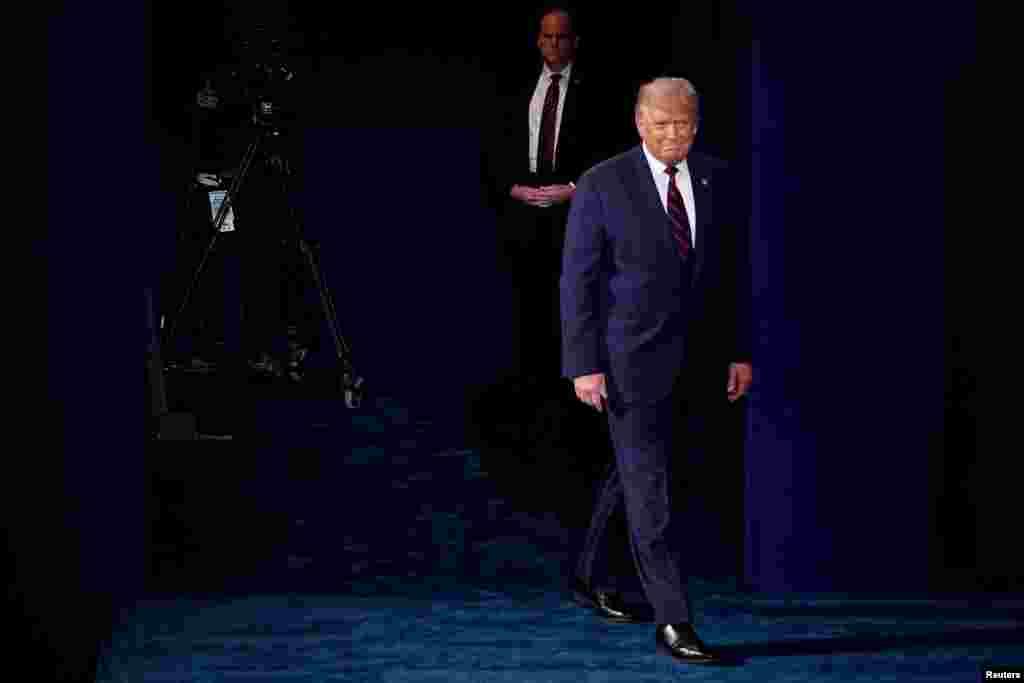 El presidente Donald Trump entra al escenario del primer debate de la campaña presidencial de 2020 en la Universidad Case Western Reserve en Cleveland, Ohio, el 29 de septiembre de 2020.