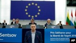 El cineasta ucraniano Oleg Sensov habla ante el Parlamento Europeo el 26 de noviembre de 2019.
