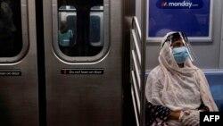 Một hành khách mang khẩu trang trên xe điện ngầm tại Thành phố New York.