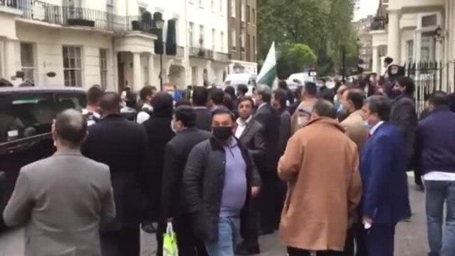لندن میں تحریک انصاف کے کارکنوں کا نواز شریف کے گھر کے باہر مظاہرہ