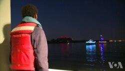 """美国维州波多马克河上的圣诞""""灯光游行"""""""