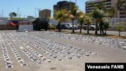 Paquetes de cocaína incautados por funcionarios del Comando de Vigilancia Costera de Venezuela, en una embarcación en la playa La Poza, península de Araya, estado Sucre. Abril 24 de 2021. Foto: Cortesía @LopezvargasR.