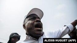 Le leader de l'opposition congolaise Martin Fayulu proteste après que son convoi ait été arrêté par la police lors d'une marche organisée le 30 juin 2019, jour de l'indépendance, à Kinshasa. (Photo: ALEXIS HUGUET / AFP)