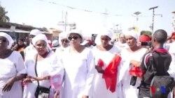 Des milliers de femmes marchent contre les violences policières en Guinée (vidéo)