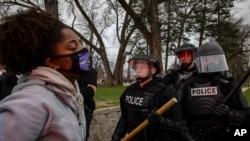 Prosvjednici se sukobljavaju s policijom nakon što su lokalni organi reda 11. aprila 2021. u Brooklyn Center-u ubili muškarca.