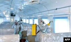 Un trolley bus es desinfectado en medio de temores del coronavirus en Pyongyang, Corea del Norte, el 22 de febrero de 2020.