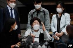 한국의 '일본군 위안부' 피해자 이용수 씨가 21일 서울중앙지방법원 앞에서 기자회견을 하고 있다.