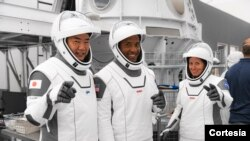 Los astronautas SpaceX Crew-1 de la NASA participan en las pruebas de interfaz del equipo de la tripulación en la sede de SpaceX en Hawthorne, California, el 24 de septiembre de 2020. [Foto cortesía NASA]