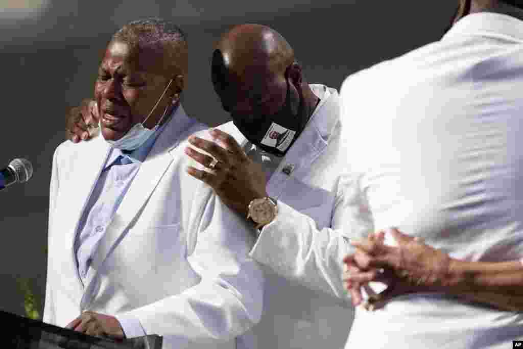 លោកLaTonya Floyd ដែលត្រូវជាប្អូនប្រុសរបស់លោក George Floyd បានយំ ក្នុងពេលលោកឡើងថ្លែងក្នុងពិធីបុណ្យសពរបស់លោក George Floyd នៅព្រះវិហារ Fountain of Praise នៅទីក្រុង Houston រដ្ឋ Texas ថ្ងៃទី៩ ខែមិថុនា ឆ្នាំ២០២០។