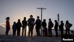在美國德克薩斯州的佩尼塔斯(Penitas),來自中美洲的尋求庇護的移民乘坐木筏從墨西哥跨過格蘭德河進入美國,等待運輸。