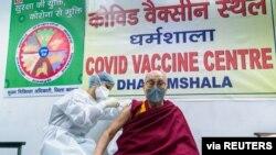 Tibetanski duhovni vođa Dalaj Lama prima dozu vakcine protiv koronavirusa u centru za vakcinaciju u Daramsali u Indiji, 6. marta 2021. (Fotografija dostavljena Reutersu iz kancelarije Dalaj Lame.)