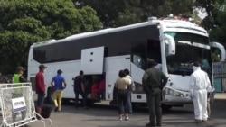 Venezolanos pasan la frontera con Colombia para regresar a su país