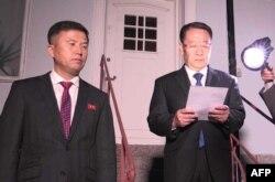지난 2019년 10월 스톡홀름의 북한대사관에서 미북 실무협상이 결렬됐다고 발표하는 김명길 북한 외무성 순회대사(오른쪽)와 권정근 외무성 미국담당 국장.