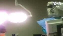 Un artiste de jazz sud-africain joue de la guitare pendant une chirurgie cérébrale