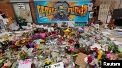 Na mjestu hapšenja Georgea Floyda građani su mu napravili svoj spomenik gdje polažu cvijeće.