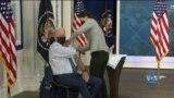 Президент США Джо Байден у понеділок отримав третю дозу вакцини від коронавірусу. Відео