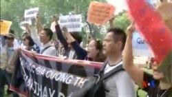2014-05-11 美國之音視頻新聞: 越南抗議中國在有爭議海區建立油井設施
